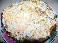 Верхний блин в торте смазываем майонезом