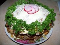 Украшаем закусочный тортик и ставим в холодильник для пропитывания