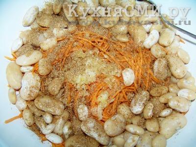Смешать фасоль с тертой морковью, добавив специи