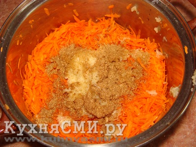 Натереть чеснок и морковь на терку, добавить приправу для корейской моркови