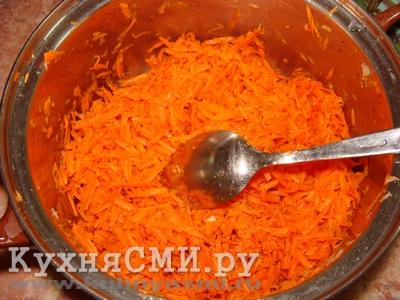 Морковку со специями хорошо перемешать