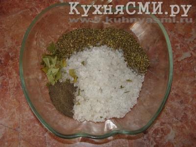 Смешиваем соль, специи, измельчаем лавровый лист