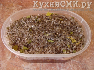 На филе высыпаем остатки засолочной смеси
