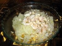 К луку можно добавить немного куриного жира или филе курицы, порезав кубиками