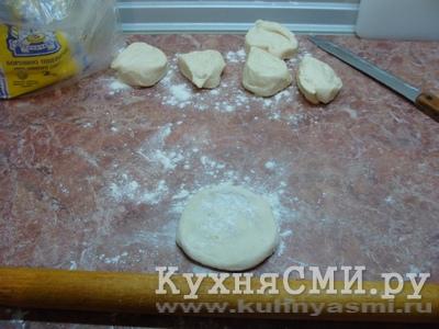 Тесто скатать в колбаску и нарезать